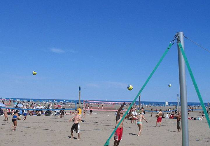 Volleyball in Ashbridges Bay draws in thousands all summer