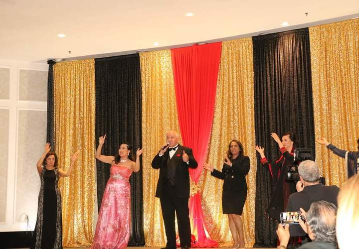 Markham Mayor sings on stage
