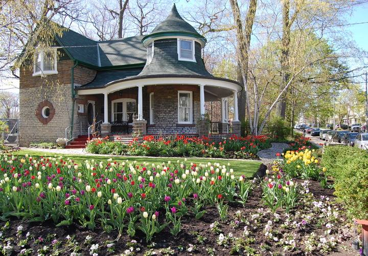 Spring at the gardeners cottage. — ELocalPost The Beach