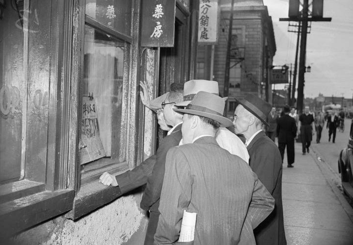 Reading the news in chinatown 1945