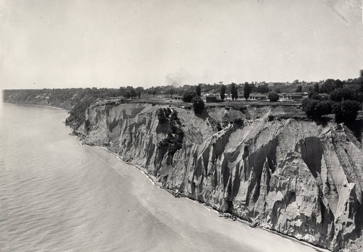 Scarborough bluffs  looking w. from e. of foot of midland ave.1950